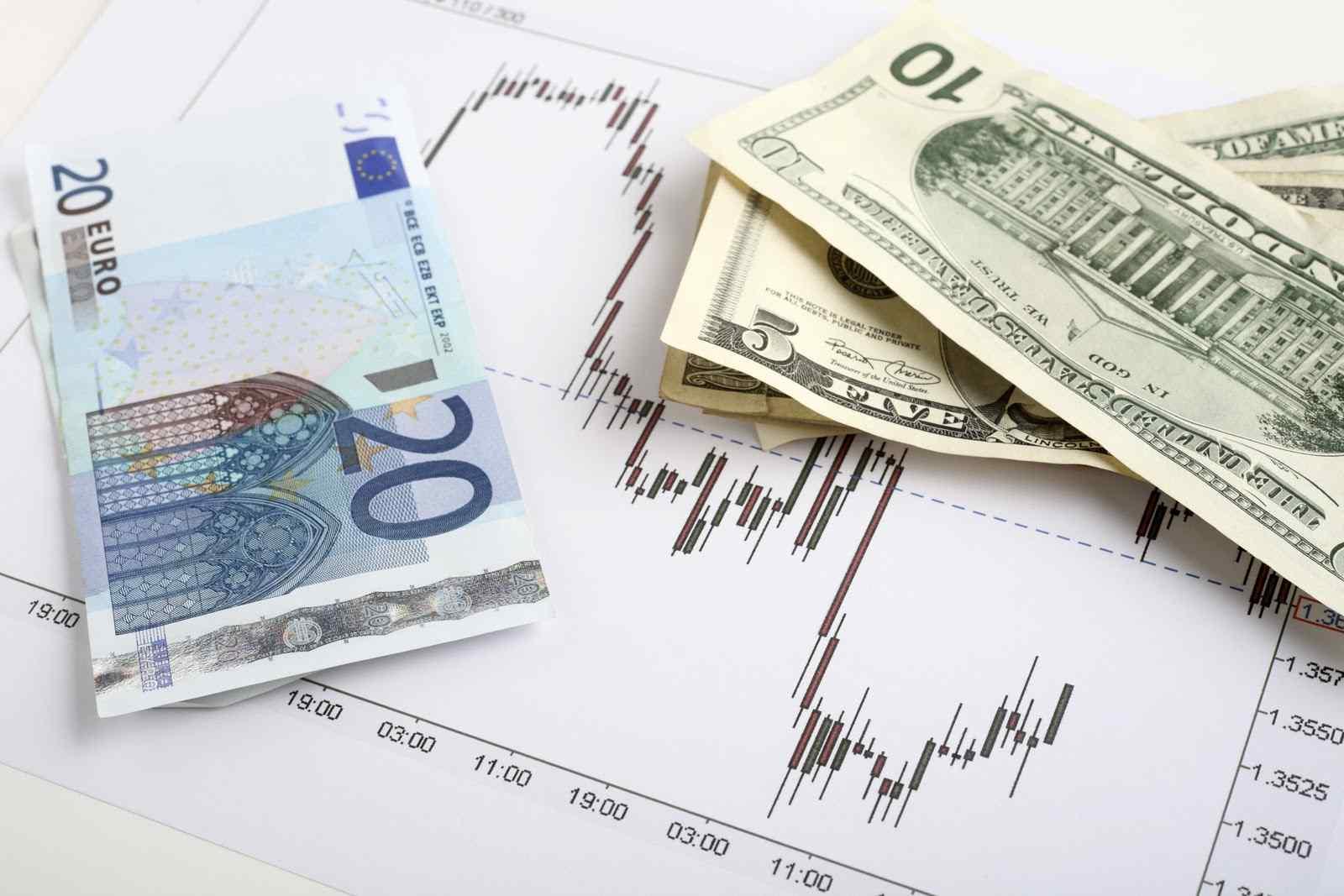 اليورو ينخفض مقابل الدولار أدنى 1.1300