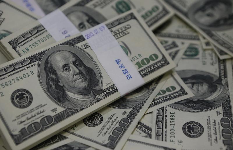 أوراق نقد من فئة المئة دولار - صورة من ارشيف رويترز.