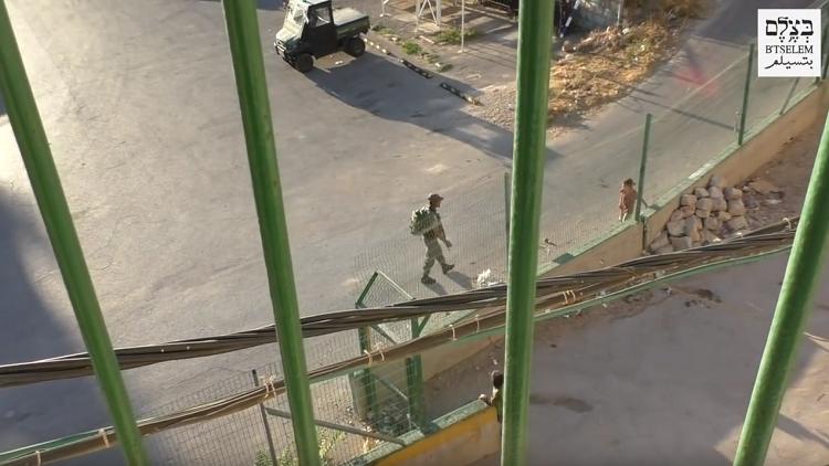 بالفيديو : جندي اسرائيلي ينكل بطفلة فلسطينية ويسرق دراجتها
