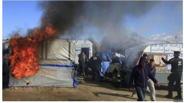 """حرائق في مخيم """"الغابة"""" للاجئين في فرنسا"""